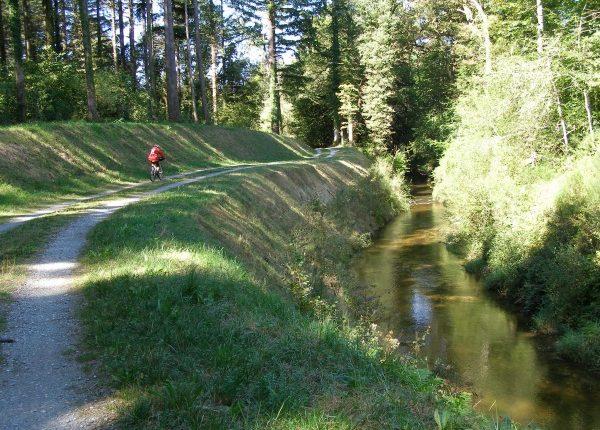 Rigole de la Montagne randonnee à pied en vélo camping restaurant Canalfriends