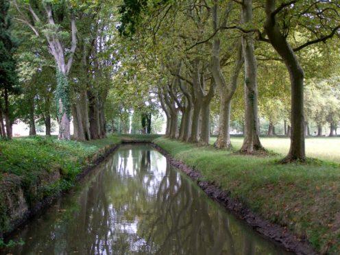 Bassin de Naurouze Canalfriends canal du Midi rigole de la plaine restaurant hebergement navigation canalfriends obelisque