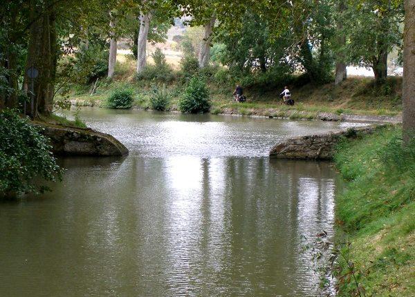 Partage des eaux canal du midi navigation velo restaurant hebergement Canalfriends obelisque